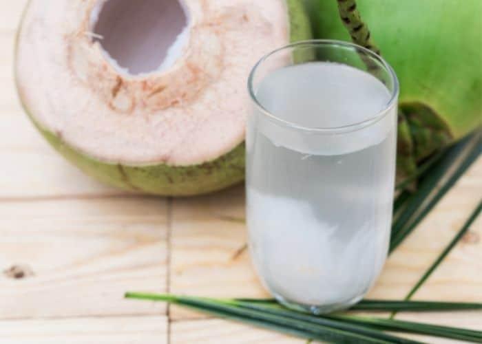 5.cach dung nuoc dua chua viem tiet nieu - [ GÓC HỎI - ĐÁP] Chữa viêm đường tiết niệu bằng nước dừa có hiệu quả không?