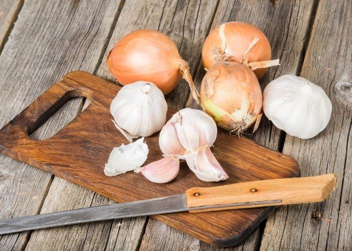 nuoc tieu mui trung thoi do toi hanh tay - [ BẠN CÓ BIẾT] Tại sao nước tiểu có mùi trứng thối khó chịu?